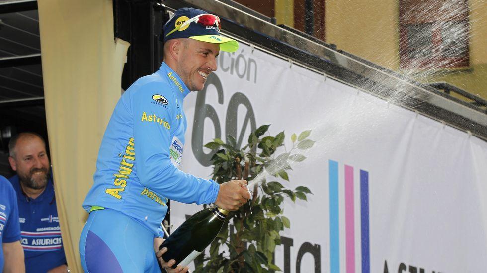 La nieve hace acto de presencia en la Vuelta a Asturias.Raúl Alarcón, levantado por sus compañeros de equipo tras ganar la Vuelta a Asturias