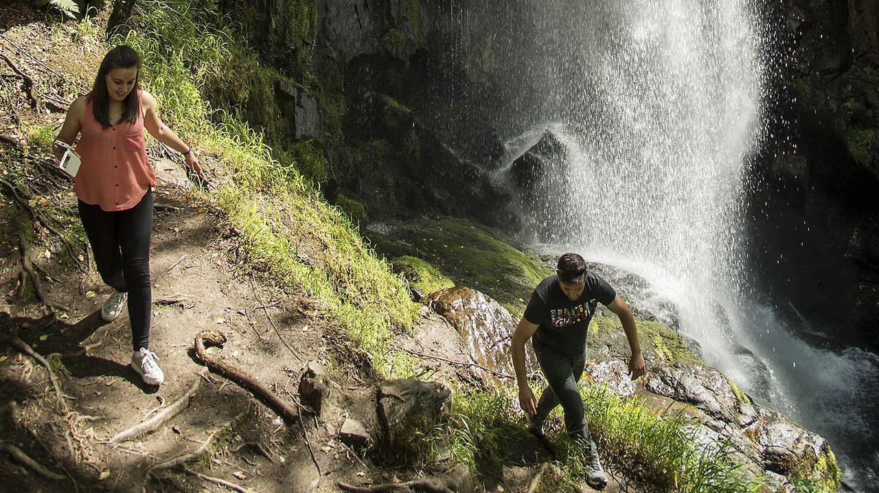 Visitantes al pie de la cascada de Augacaída, en una imagen de archivo