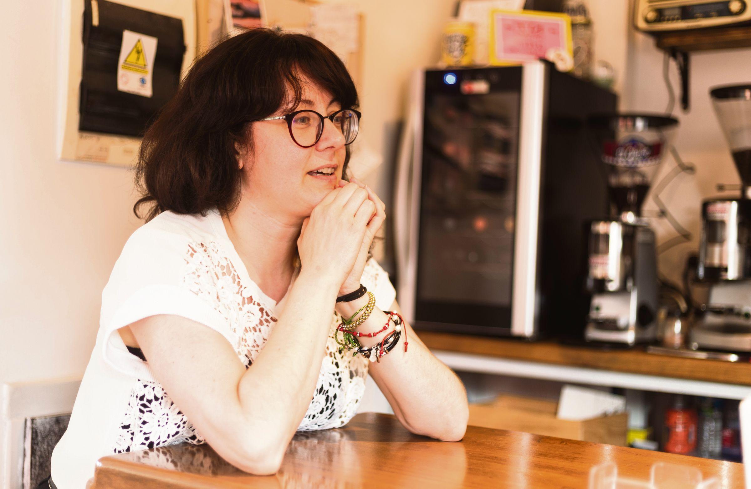 Sol Fernández, en la barra del bar La Galga