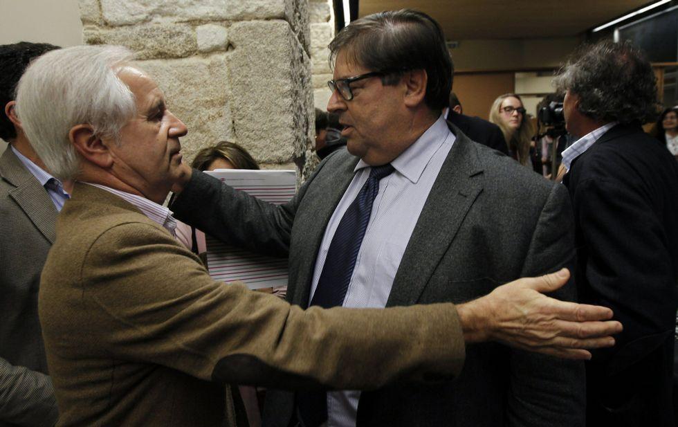 Pena, a la izquierda, felicitando a Abalde el pasado diciembre tras las elecciones.