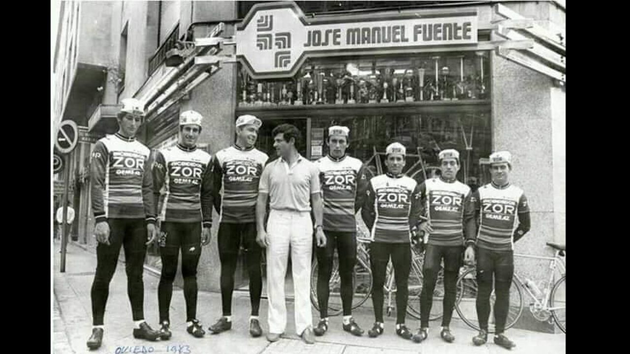 Las carreteras más bonitas de España.El ciclista ovetense José Manuel Fuente, El Tarangu, frente a su tienda de la calle Martínez Marina, en el año 1983