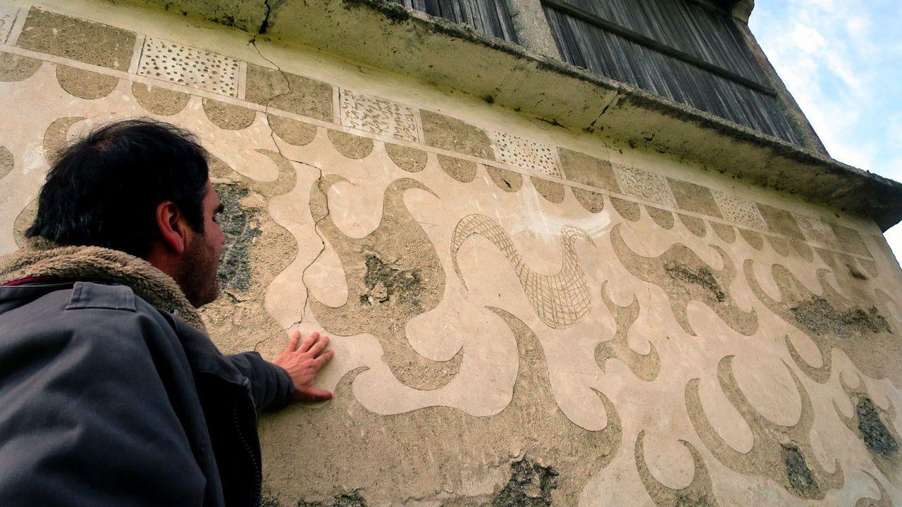 Otro hórreo decorado con esgrafiados en el pueblo de Mosteiro, en la parroquia chantadina de Pedrafita