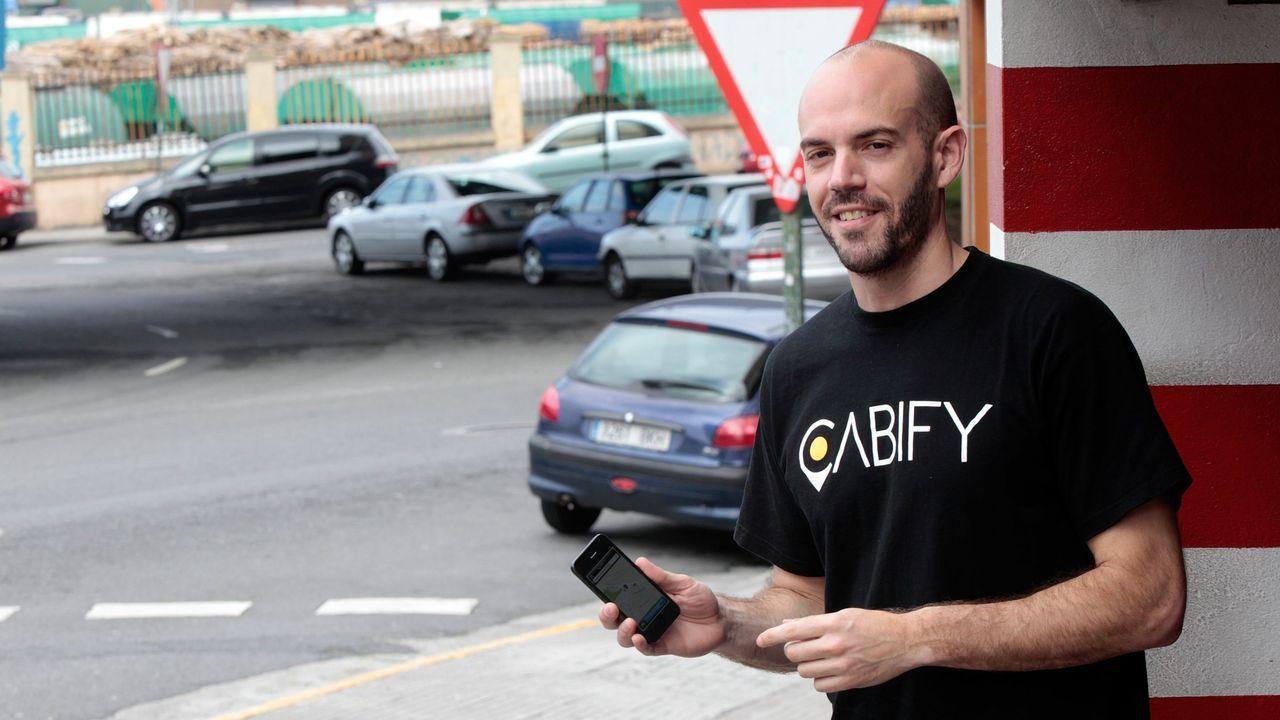 El concejal Miguel Caride usando un VTC.El CEO de Cabify