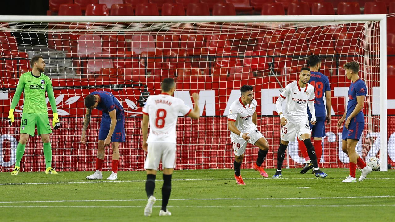 Suárez dispara a puerta durante el último derbi