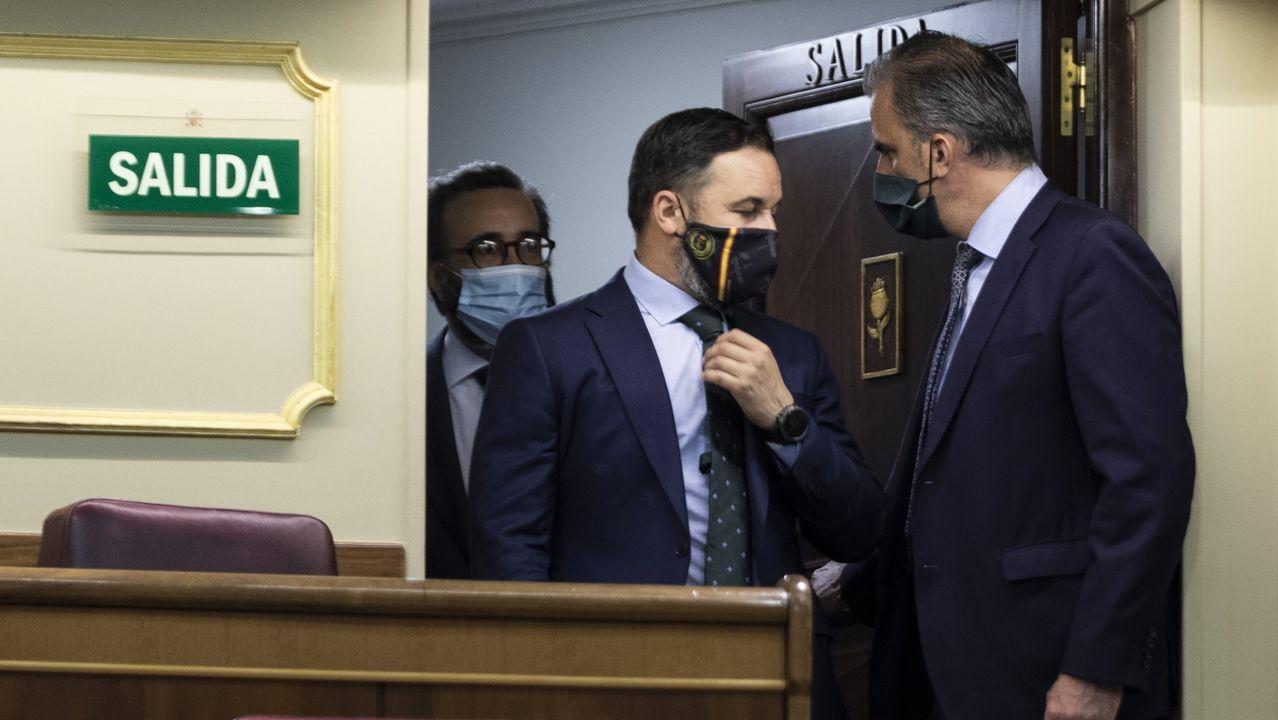 Ignacio Aguado y Ángel Garrido, en la controvertida inauguración de un dispensador de gel hidroalcohólico en Madrid