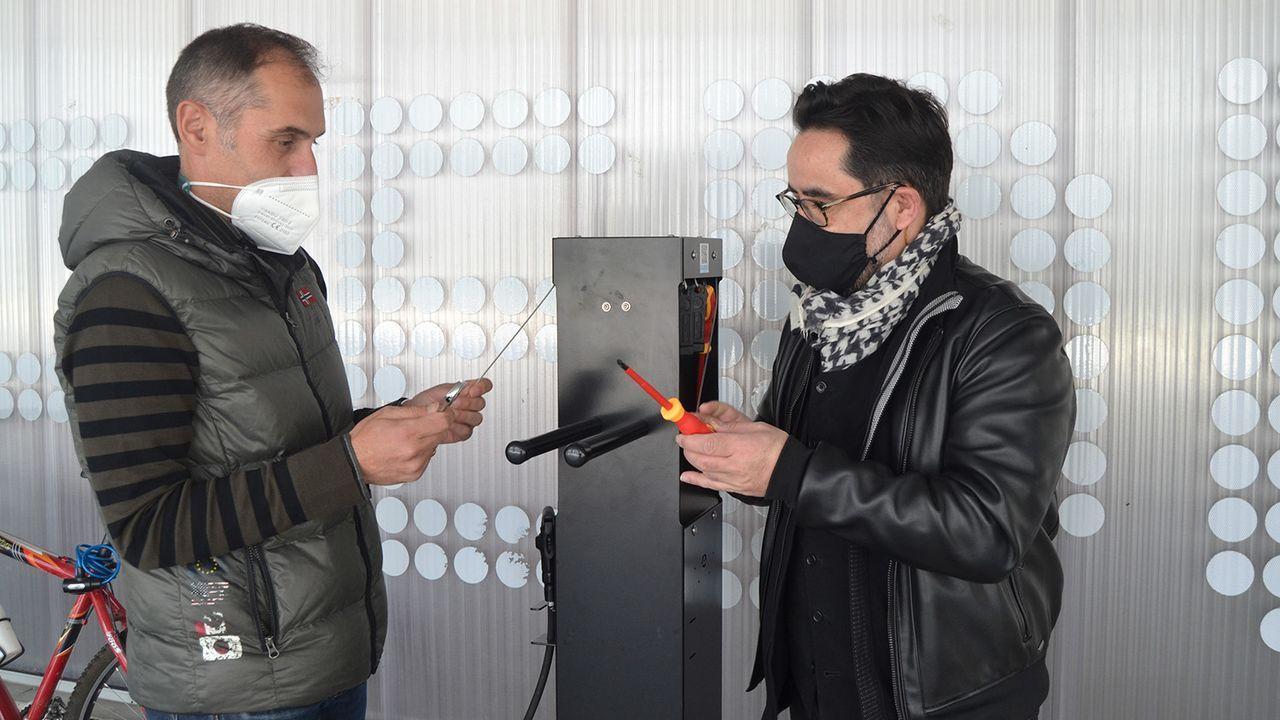 José María Cancela y Jorge Soto, en la estación de reparación de bicicletas del campus de Pontevedra
