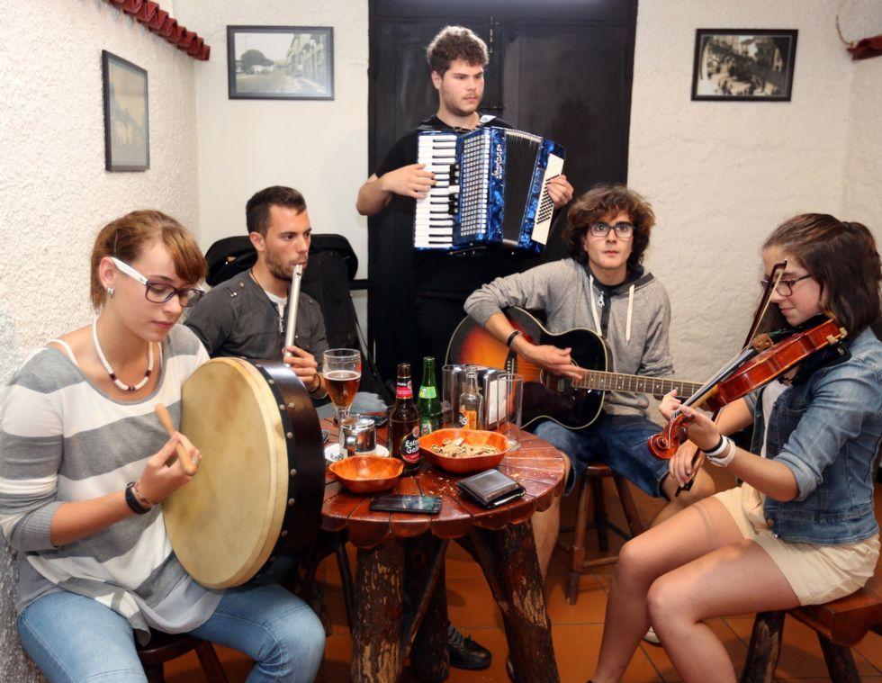 <span lang= es-es >Druidas da Rolda</span>. <span lang= gl >Abre o concerto o grupo composto por mozos e mozas de Vimianzo e doutros concellos da volta. No seu repertorio imperan os ritmos de pub irlandés.</span>