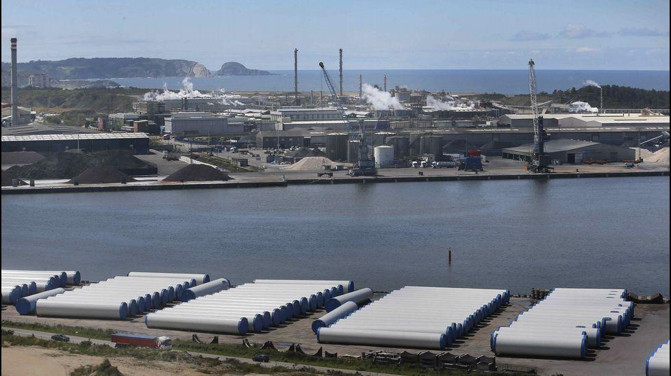 Torres metálicas para parques eólicos construidas en Asturias y almacenadas para su transporte en el puerto de Avilés
