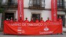 El atleta Martíz Fiz (en el centro) junto a la comitiva que recorre el Camino de Santiago Sostenible.
