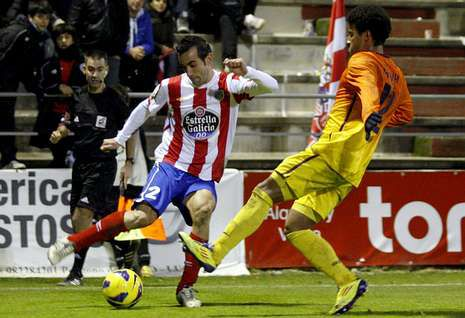 David de Coz, paradigma del despliegue ofensivo de los defensas rojiblancos, ante el Barcelona B.