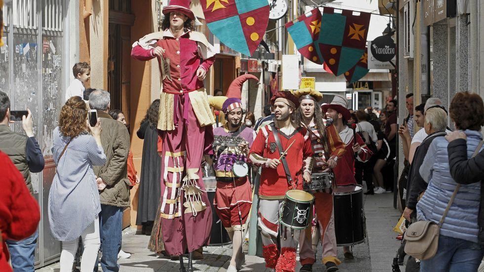 Uno de los espectáculos callejeros de los primeros momentos de la Feira Medieval de Monforte