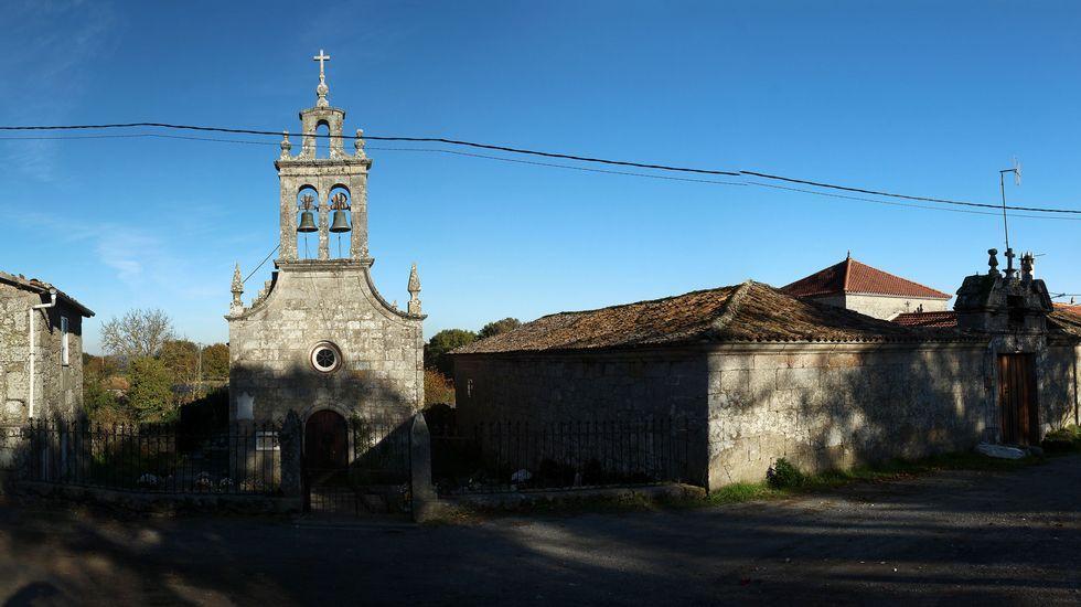 En Mosteiro se halla la iglesia parroquial de Santa Baia de Pedrafita. A la derecha, la antigua casa rectoral