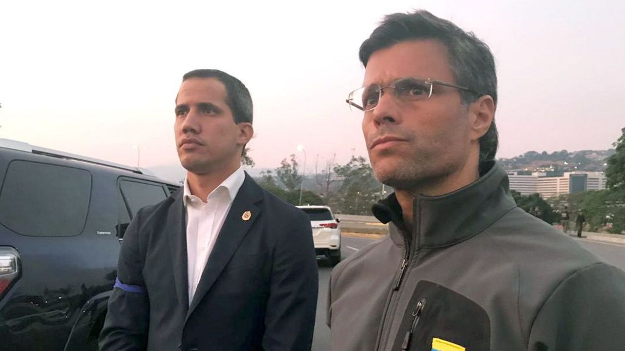 Leopoldo López, junto a Juan Guaidó, tras ser liberado durante la fallida asonada el 30 de abril