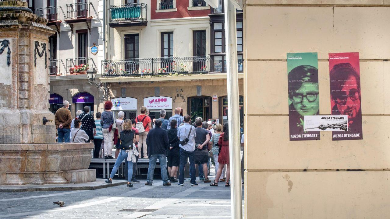 Protesta en la plaza de Colón contra los indultos a los líderes del «procés».Representantes de todos los grupos del Ayuntamiento de Santiago en la concentración celebrada este viernes contra la violencia machista