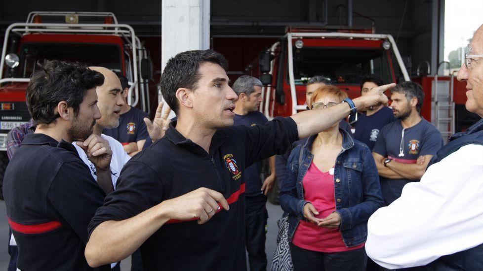 Campaña con los bomberos. Candidatos de En Marea se desplazaron al parque de bomberos de A Coruña para reclamar una nueva regularización para homogeneizar el servicio