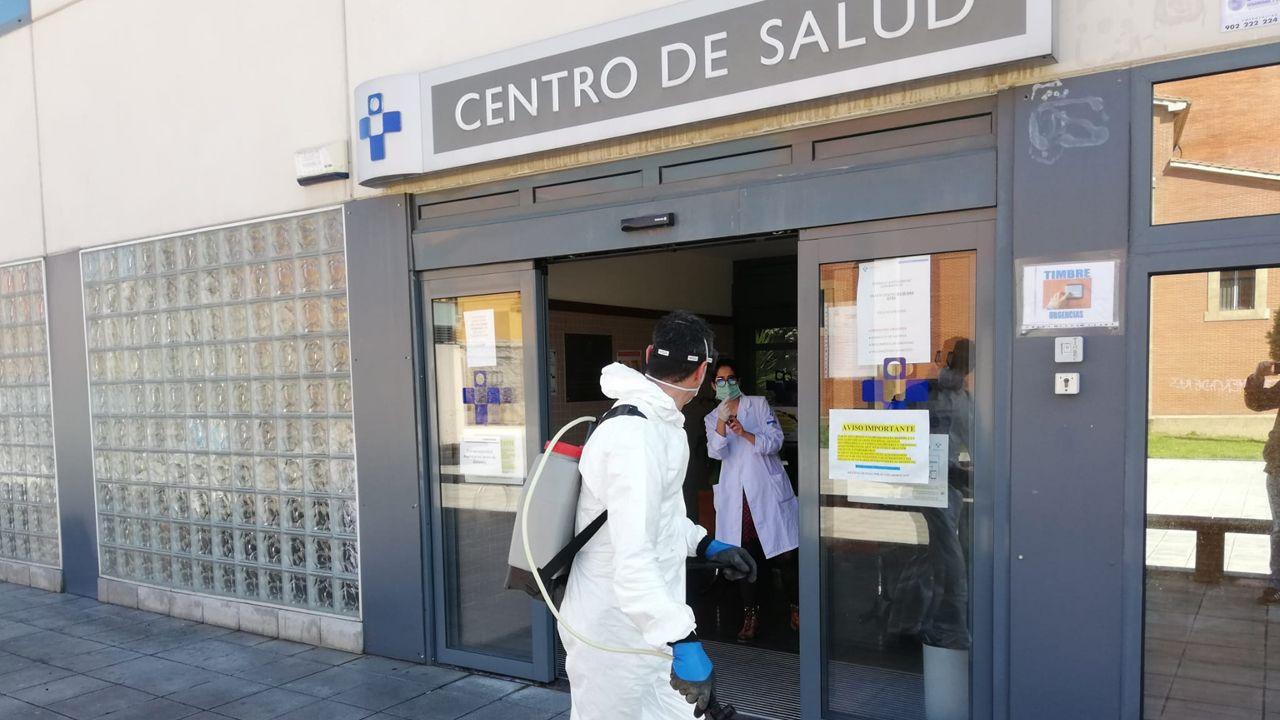 Minero limpia las inmediaciones del centro de salud de Langreo el pasado mes de abril
