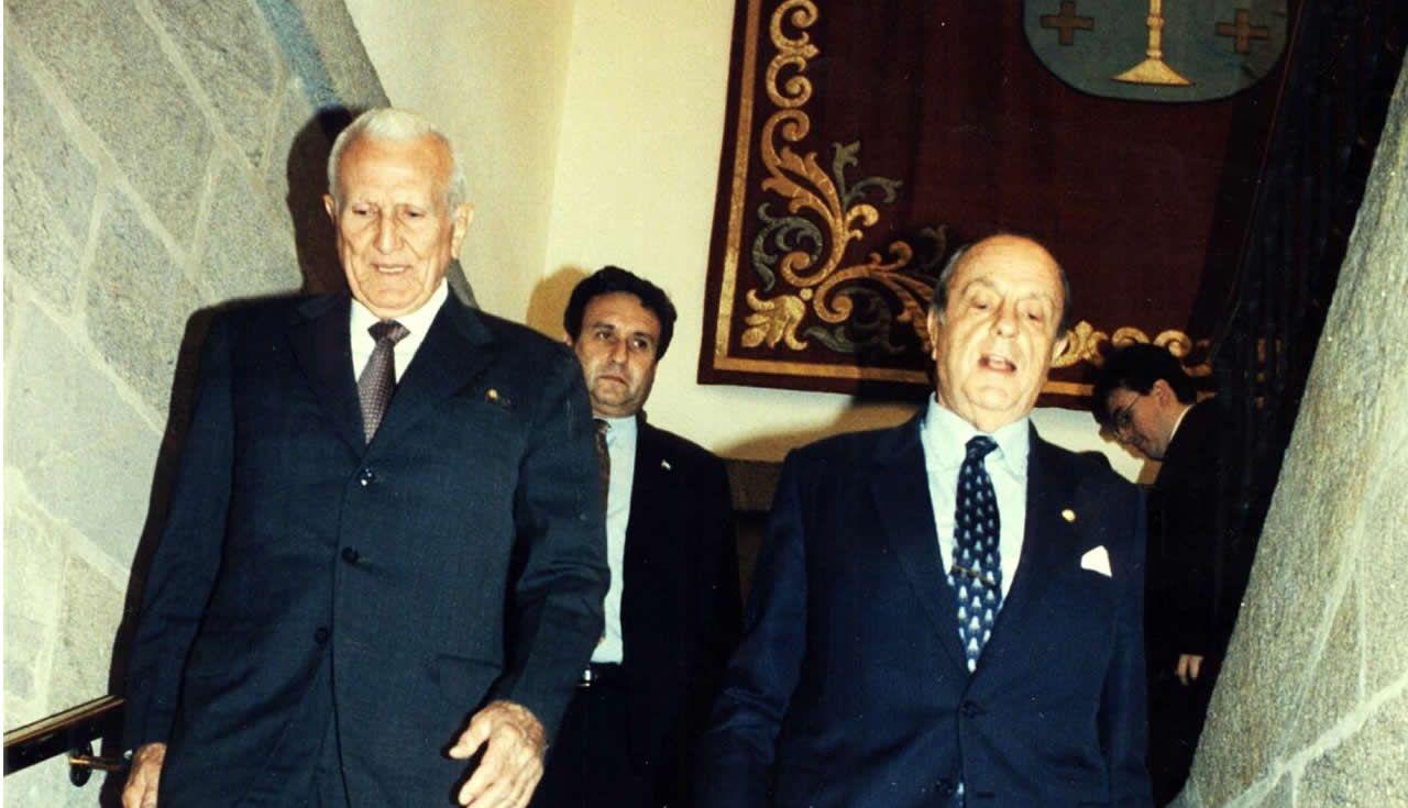 Un policía de Vigo, herido durante los disturbios en Barcelona.Gallego Fernández y Manuel Fraga, en Santiago en 1995