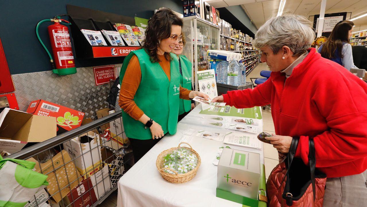 La AECC instaló este lunes una mesa informativa en el Eroski de Burela; este martes estará en el mercado de Foz y en el hospital; el miércoles en el Eroski de Ribadeo centro; y el viernes en el de Viveiro