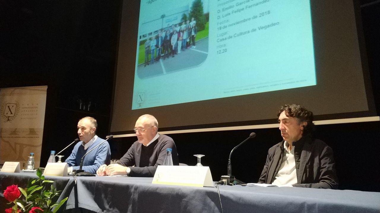 La consejera de Desarrollo Rural y Recursos Naturales, María Jesús Álvarez, y el alcalde de Navia, Ignacio García Palacios, en la presentación de los drones que ayudarán a luchar contra el furtivismo