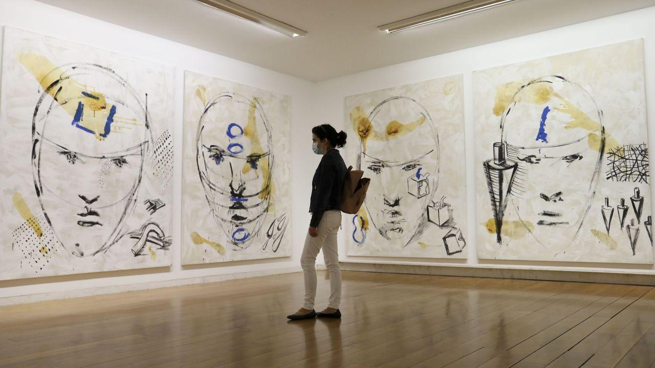 Unha muller con máscara visita unha exposición de Antón Patiño no Centro Galego de Arte Contemporáneo durante a primeira desescalada, en maio