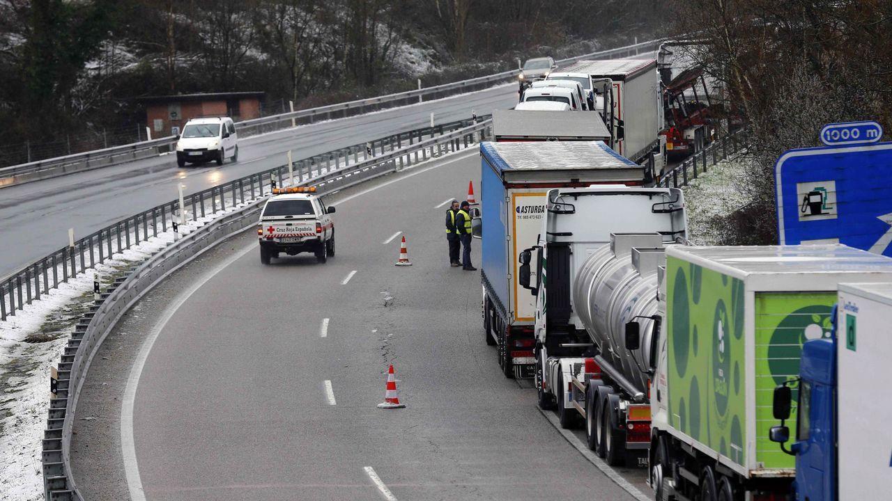 Numerosos camiones retenidos en las proximidades de Pola de Lena (Asturias), donde el temporal de nieve ha obligado a cerrar totalmente al tráfico la autopista del Huerna (AP-66), que une Asturias y la Meseta, mientras que en la vía alternativa entre el Principado y León, el puerto de Pajares (N-630), es obligatorio el uso de cadenas para turismos y no pueden circular vehículos pesados.