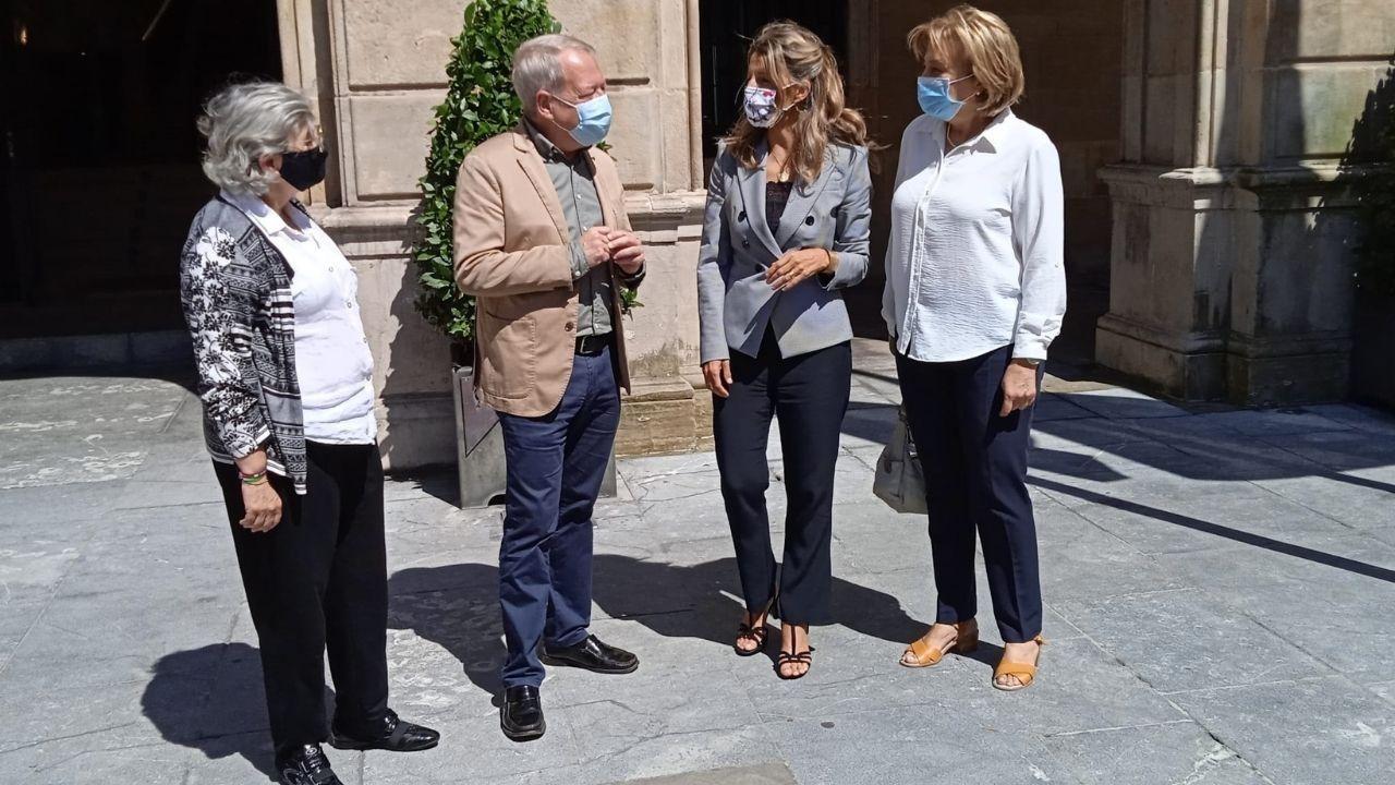 Manifestación en favor de la permanencia de Ence en Lourizán.Ana González, Aurelio Martín, Yolanda Díaz y Delia Losa frente al Ayuntamiento de Gijón