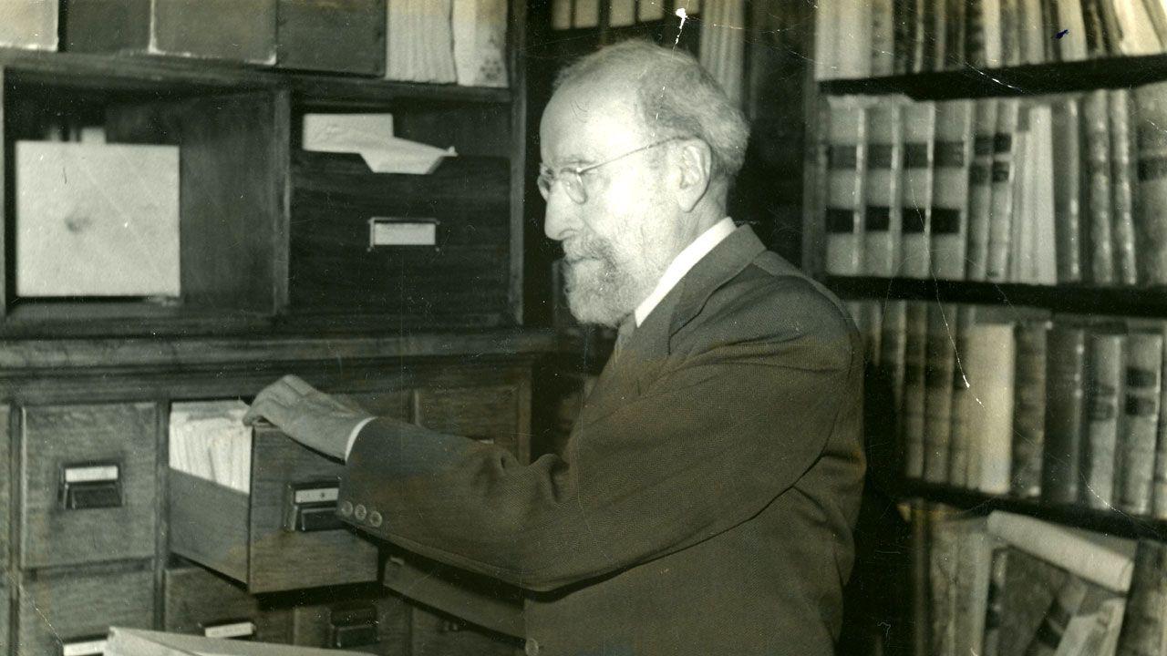 Menéndez Pidal consultando un fichero en su estudio-biblioteca madrileño