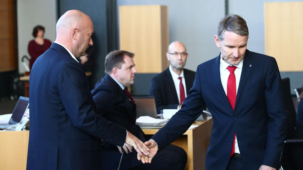 El liberal Kemmerich (izquierda) estrecha la mano del ultraderechista Bjoern Hoecke tras ser elegido primer ministro de Turingia