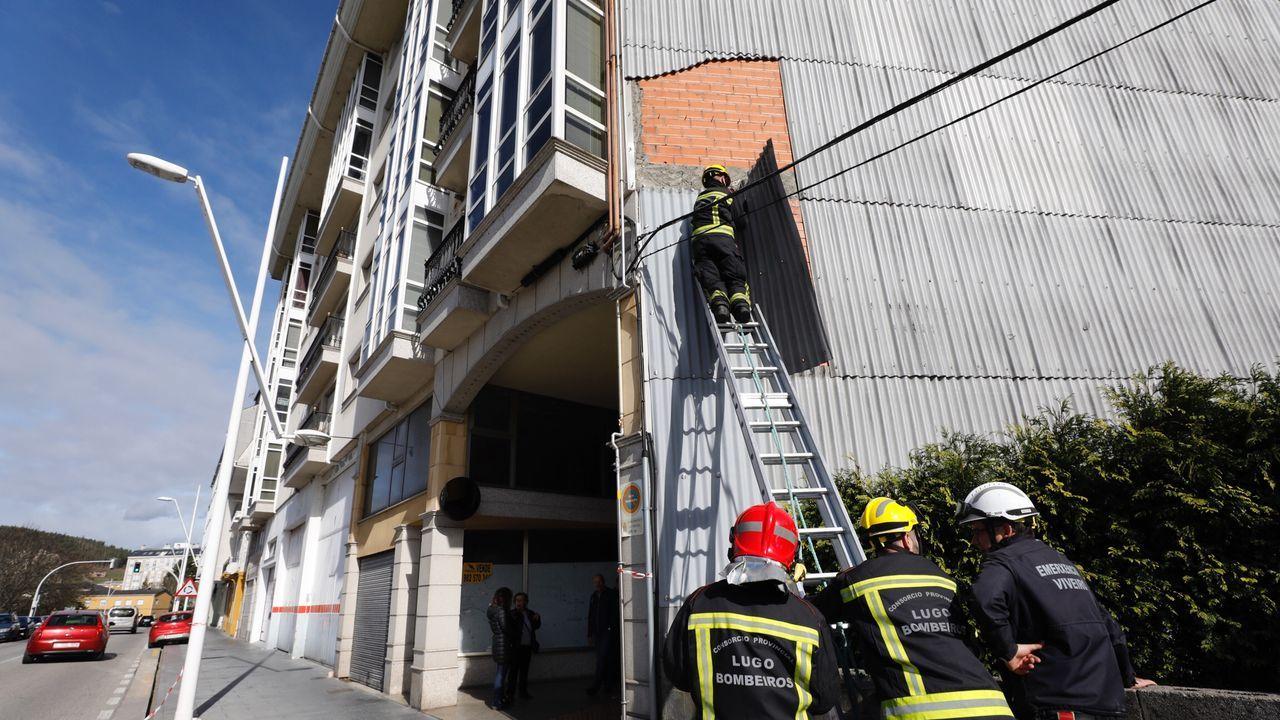 Bomberos de Viveiro retirando una chapa desprendida en un edificio de Xunqueira