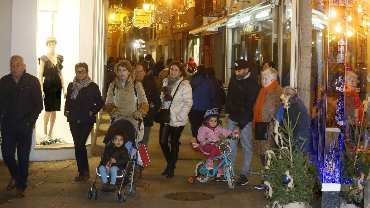 Os Bolechas animaron as rúas de Lugo.La avenida de Madrid de Lugo llena de nieble ayer hasta las primeras de la tarde