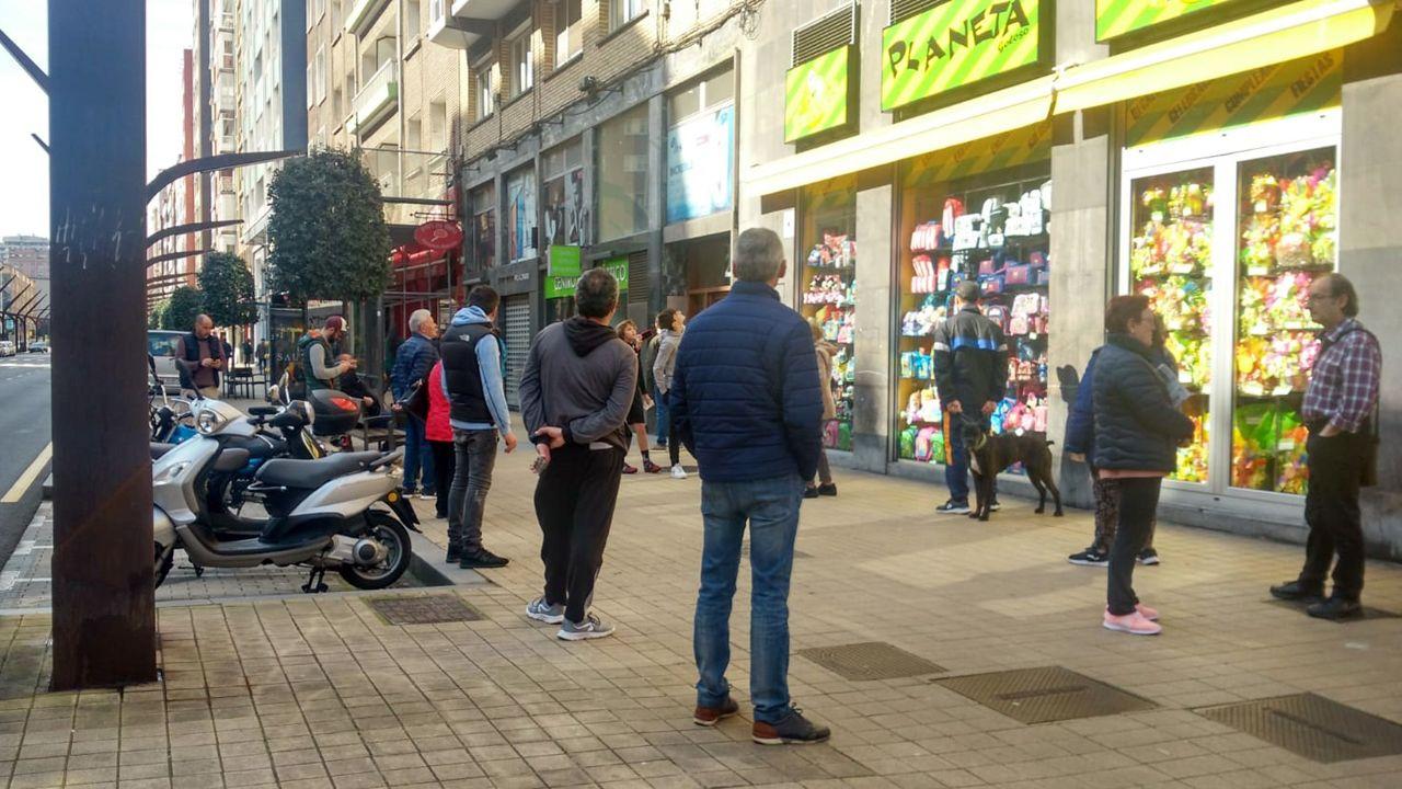 VÍDEO   Y el oviedismo salió al balcón.Cola con distancia de seguridad, ante una panadería de Gijón