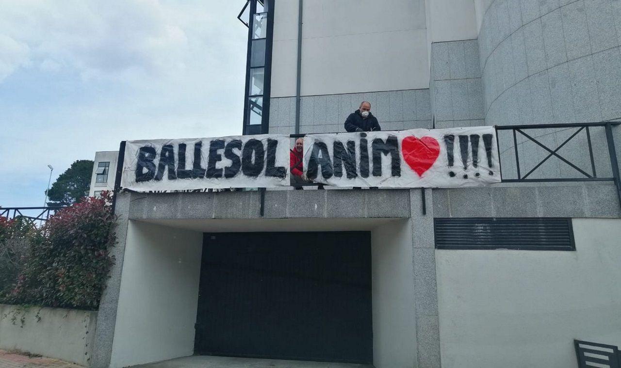Los vecinos colocaron pancartas para animar a los residentes de Ballesol durante la primera ola de la pandemia
