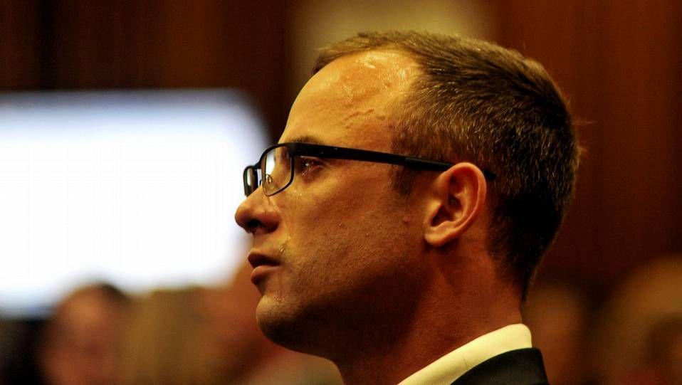 Oscar Pistorius llora en el banquillo de los acusados durante su juicio por asesinato en Pretoria