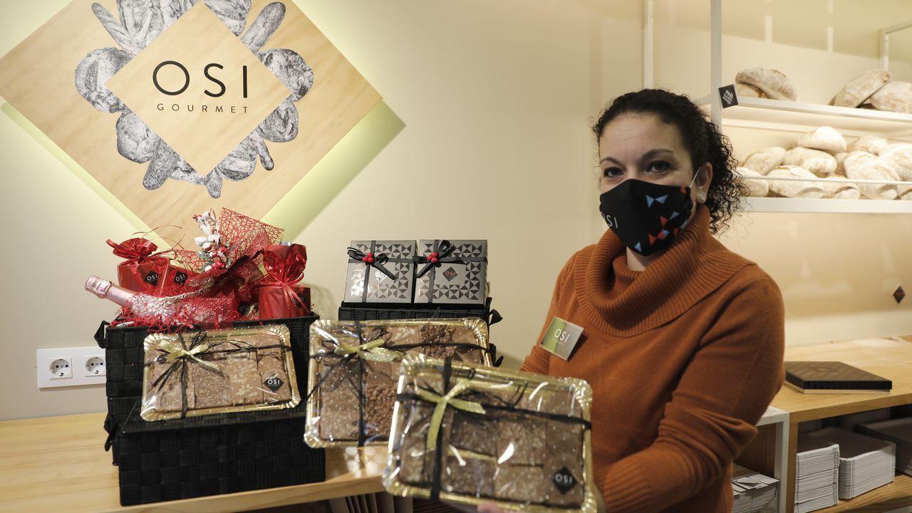 Noelia sostiene varias propuestas de bandejas surtidas de turrones de Osi Gourmet