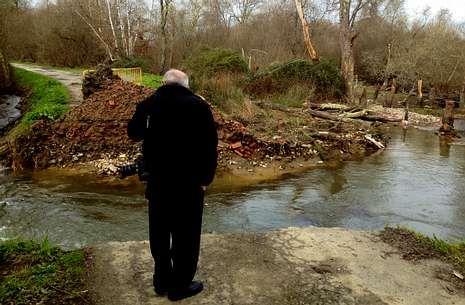 El agua ha destrozado el vial entre Piadela (Betanzos) y Crendes (Abegondo).