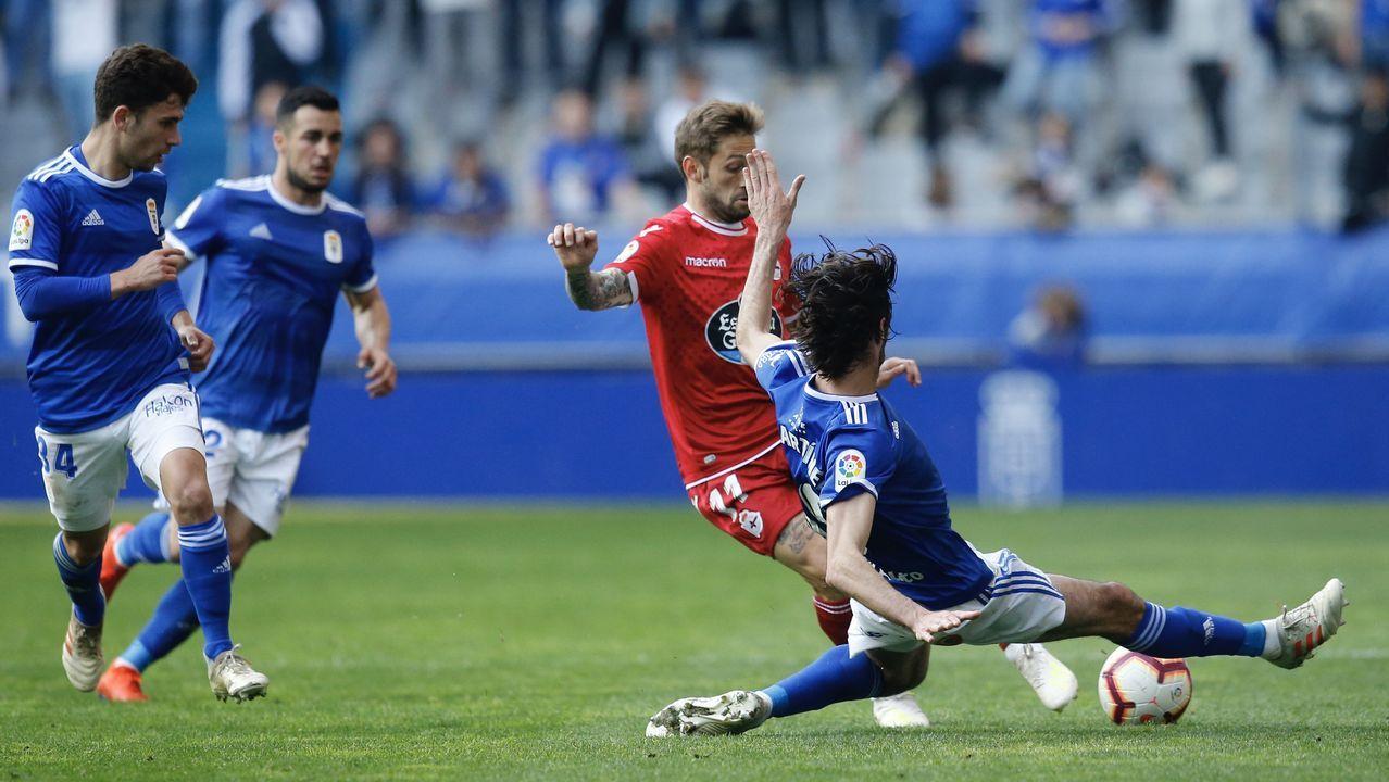 Gol Barcenas Jimmy Real Oviedo Deportivo Carlos Tartiere.Jimmy controla un balón en presencia de Vítor Silva