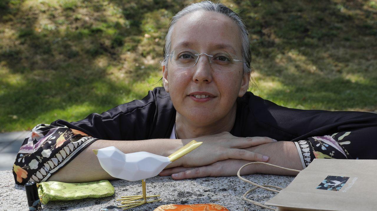 Beatriz Pérez, junto a algunas de sus muestras de perfume