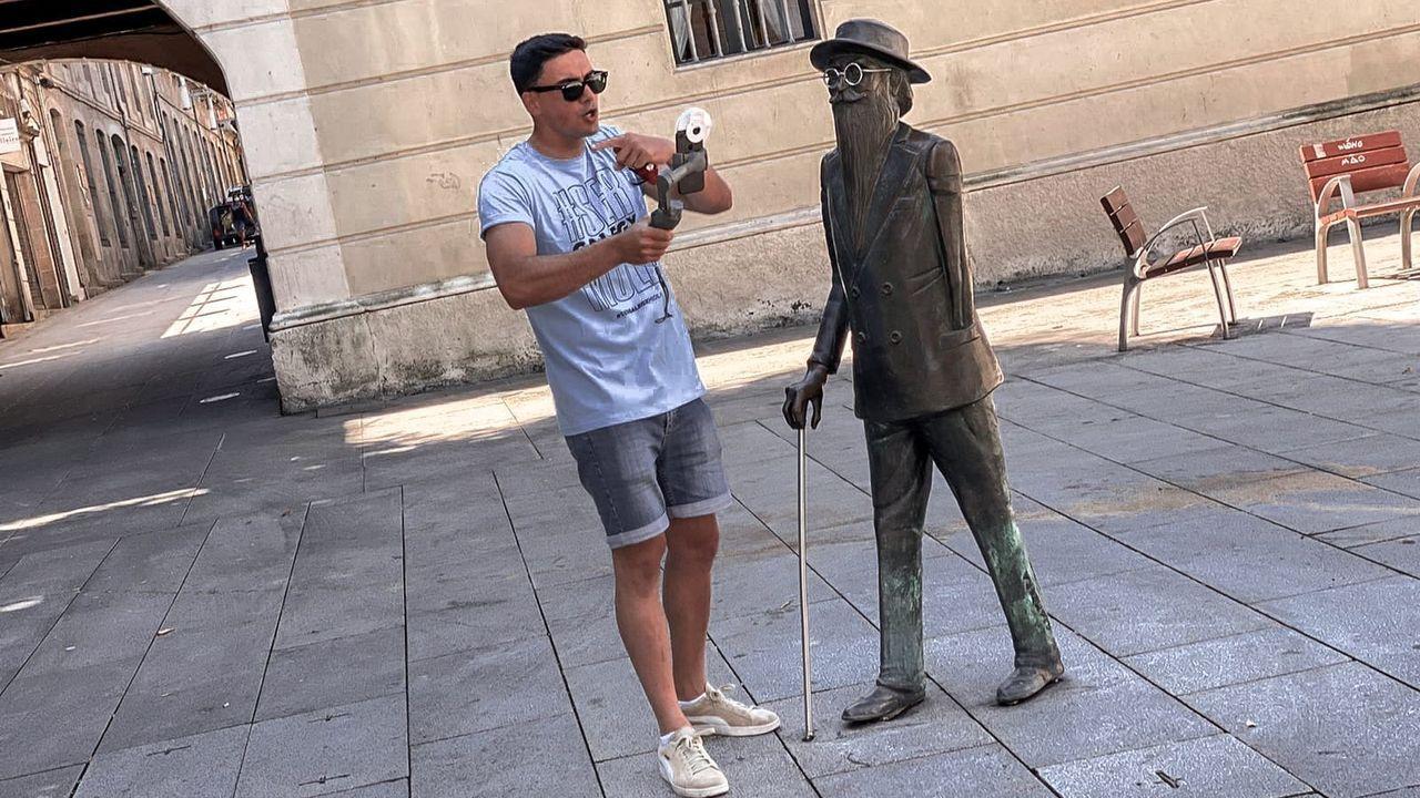 Daniel Irimia, xunto a unha escultura de Ramón María del Valle-Inclán