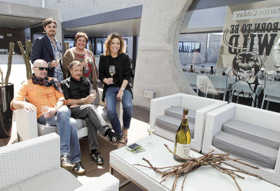 Cada jueves de verano, la espectacular terraza de Martín Códax ofrece un concierto solidario.