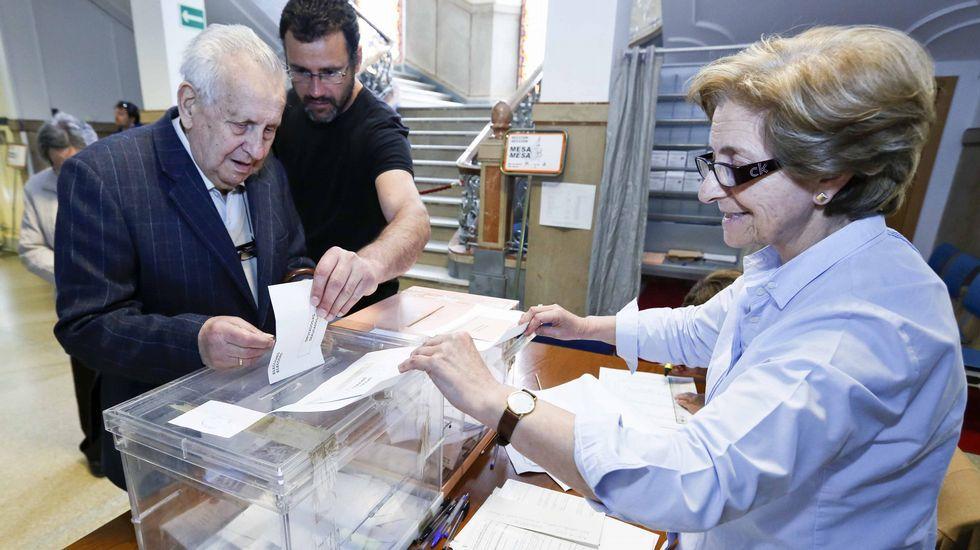 Ricardo Varela, del PSOE, deposita su voto en Lugo.