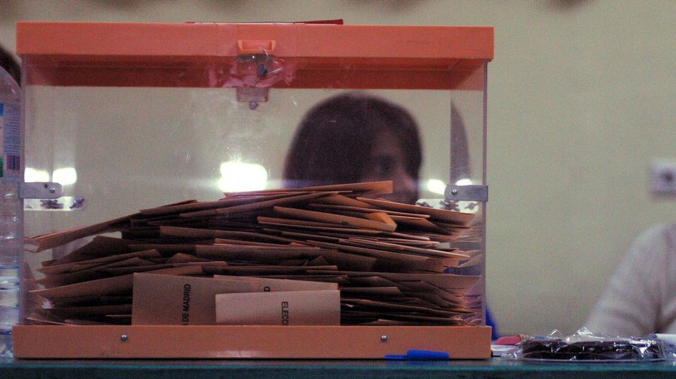 Imagen de archivo de una urna llena de votos