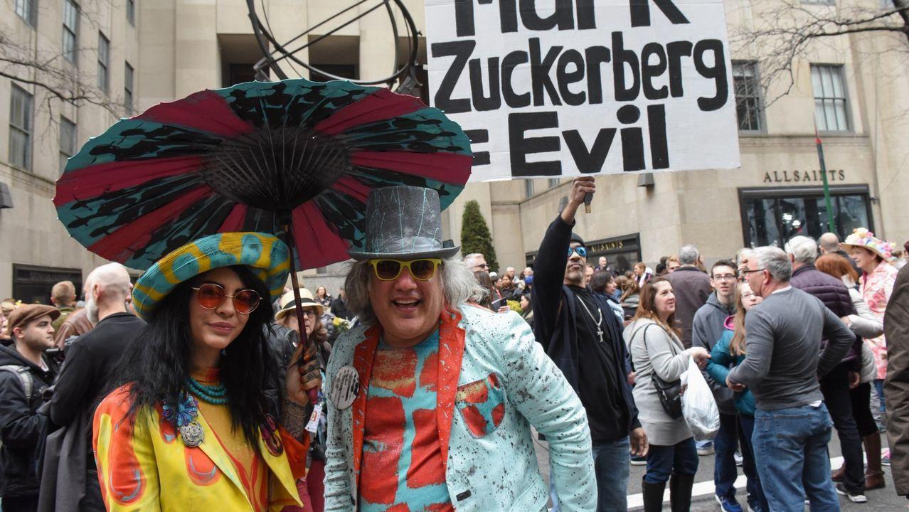 «Señor Zuckerberg: ¿Puede decirnos dónde durmió anoche?».Manifestantes contra el fundador de Facebook en Nueva York