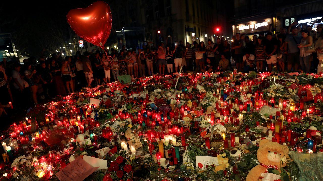 El imán de Ripoll adoctrinó a los jóvenes que atentaron en Barcelona y Cambrils.Velas y flores en recuerdo a las victimas en las Ramblas.