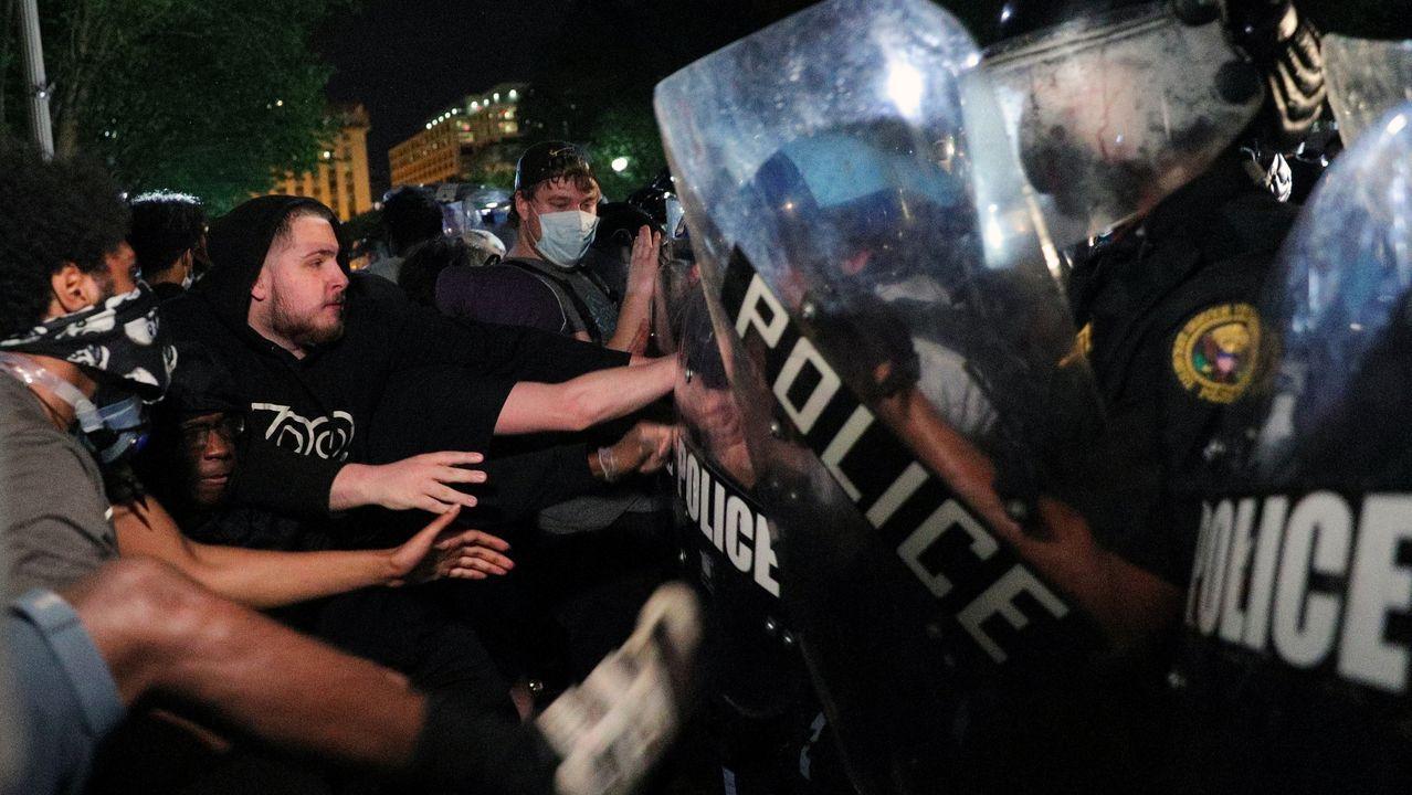 Enfrentamiento entre manifestantes y policia en Washington