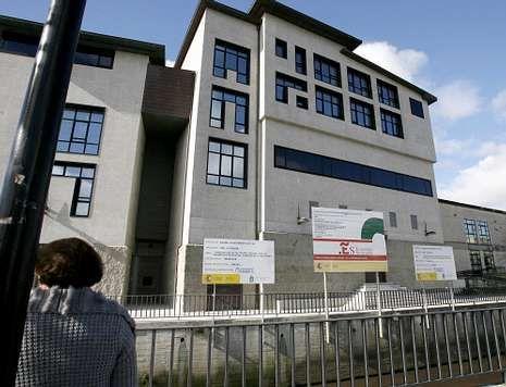 <span lang= es-es >La Casa da Cultura de Cee</span>. Parte de las obras del edificio, aún inacabado una década después del inicio de su construcción, recayeron en la empresa Ogando, que facturó por ellas unos 700.000 euros.