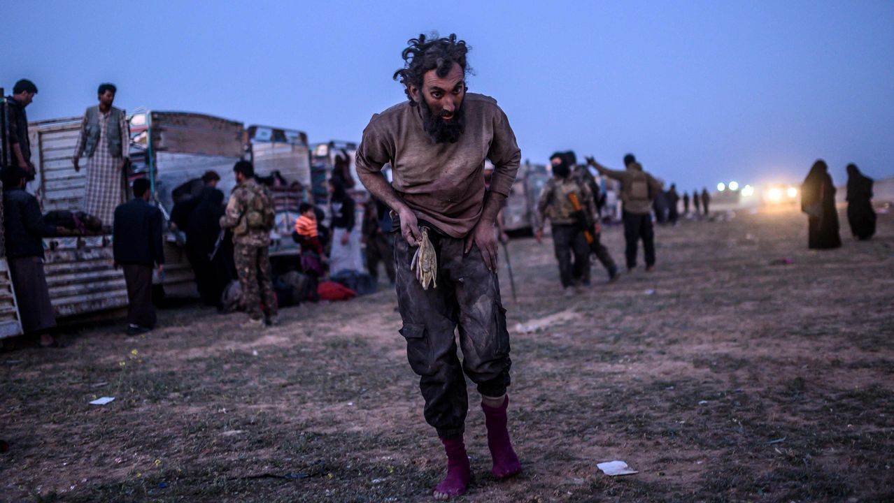 | REUTERS.Un sospechoso de pertenecer al Estado Islámico tras rendirse a los kurdos en Baghuz