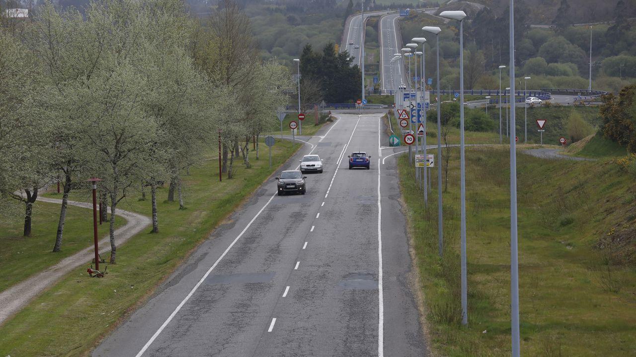 La avenida de Asturias discurre entre las rotondas de Meixonfrío y la de acceso a la autovía A-54, la de Lavacolla