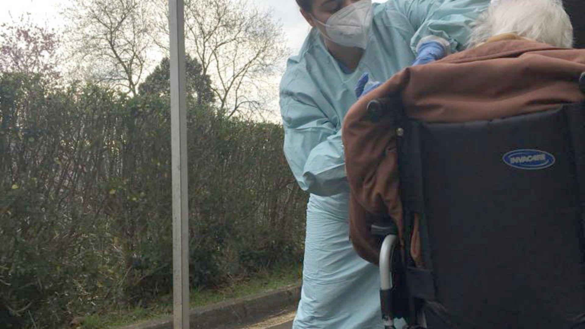 asturias vacunas.Vacunación de una gran dependiente en el AutoVac del Hospital Naranco, en Oviedo