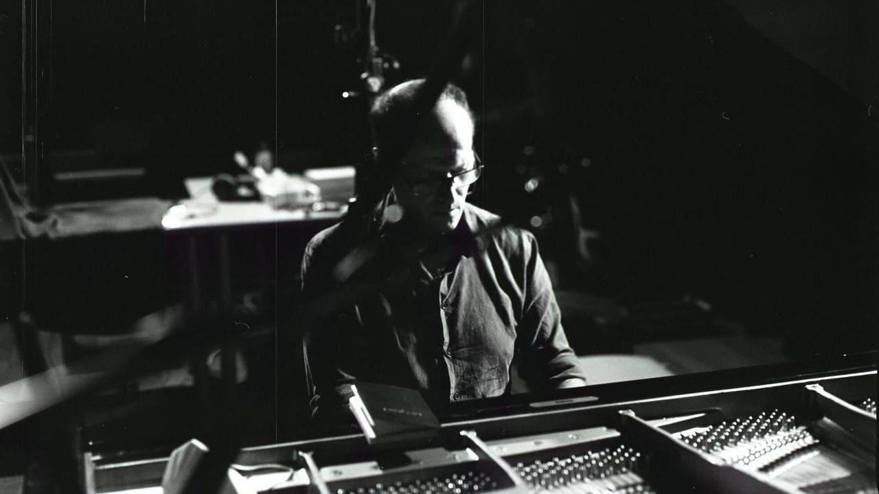 O músico e filósofo ferrolán Pablo Seoane, ao piano, retratado nun ensaio