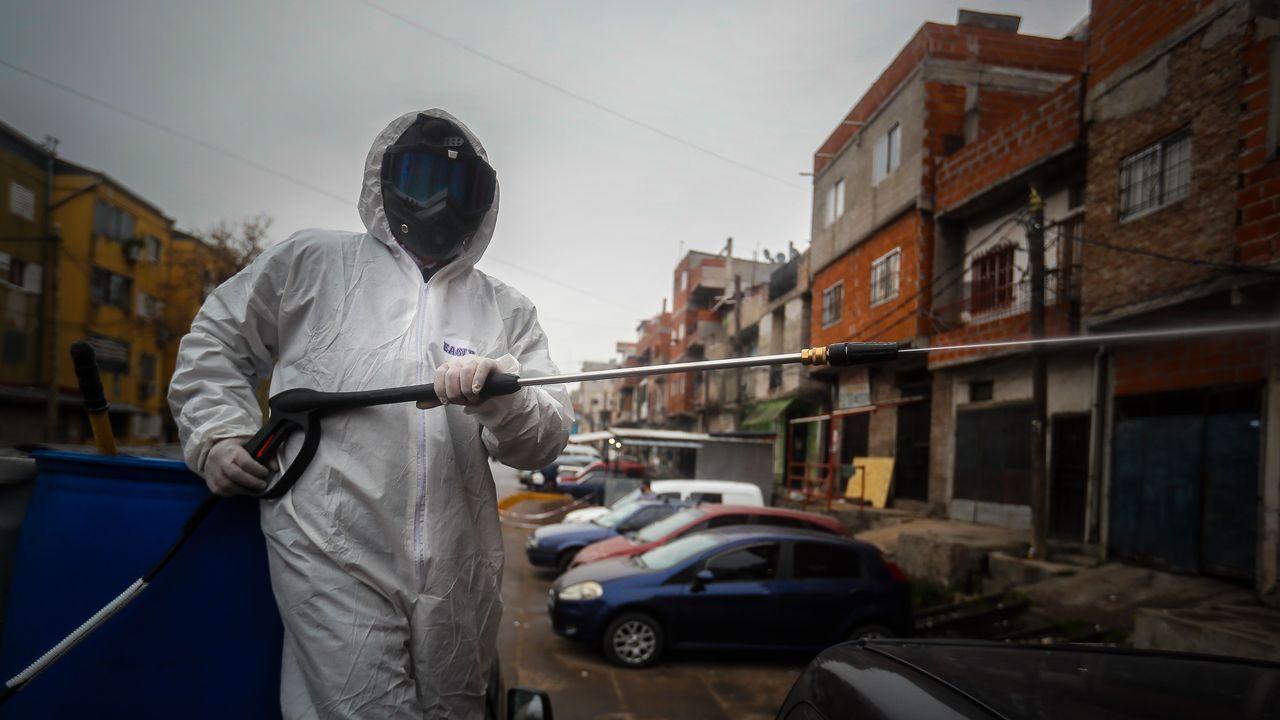 Un residente desinfecta un barrio en Buenos Aires